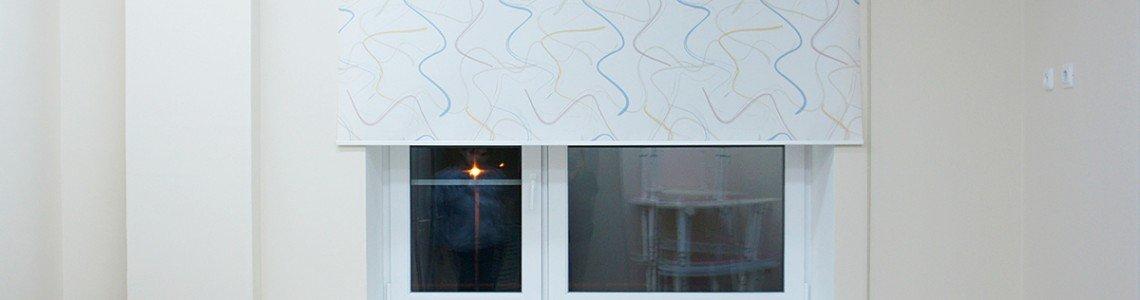 Использование рольштор и жалюзи для оформления окон гостиной